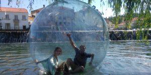 Bolas de água, diversão na água no centro de Tomar para todas as idades